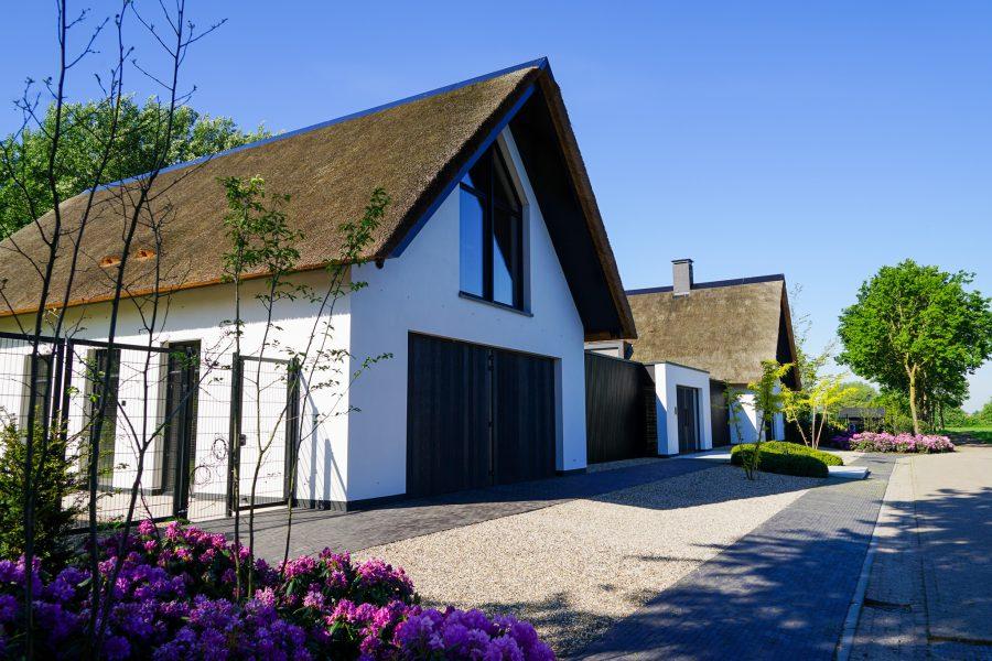 Wit gestucte villa