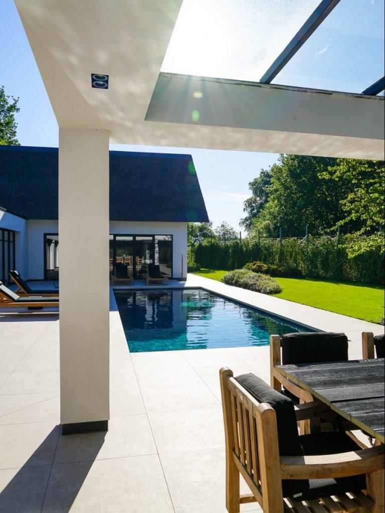 Witte Villa met Zwembad bouwen